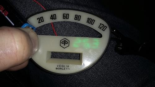 0,28 inch Thermometer unter Tachoeinsatz.jpg